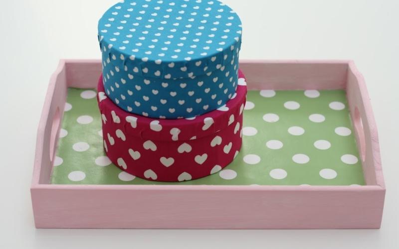 Schachteln und Tablett mit Stoff aufhübschen