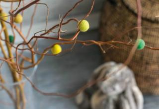 Gastbeitrag: Frühstück bei Emma zeigt ein farbenfrohes Frühlings-DIY mit Filzkugeln