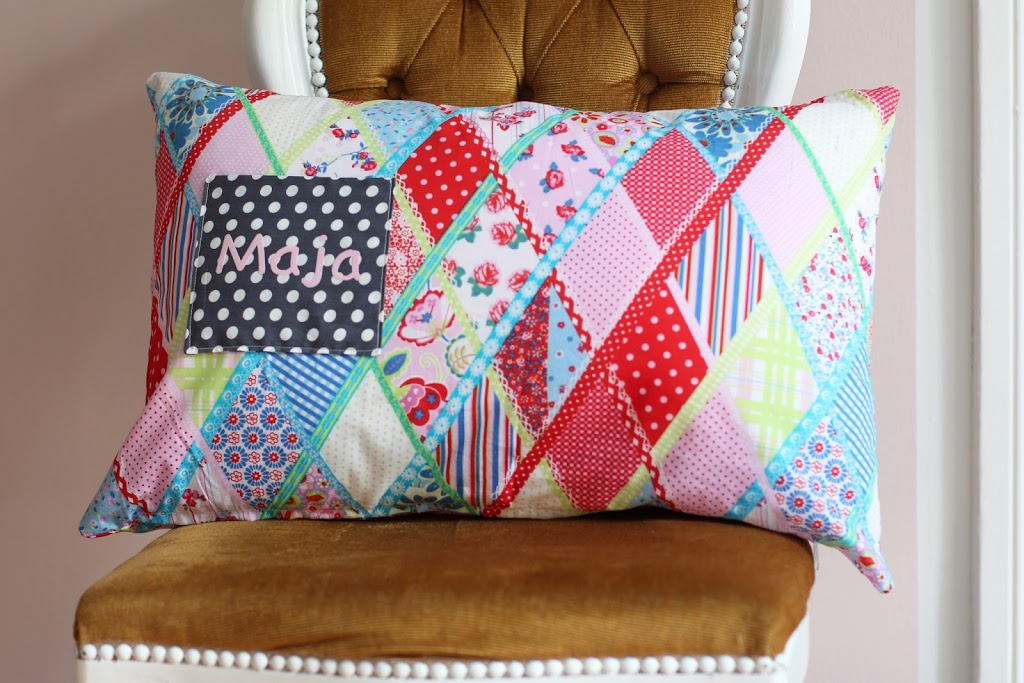 geschenk zur geburt kissen mit tasche pech schwefel. Black Bedroom Furniture Sets. Home Design Ideas